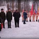 Осташи возмущены: ветераны без масок у облезающего памятника
