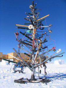 51d39ce7edd1b_weird-christmas-tree-29