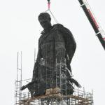 Во Ржеве устанавливают скульптуру мемориала