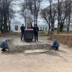 Полиция в Осташкове мыла памятники